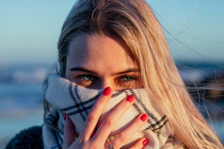 Femme yeux verts avec une écharpe