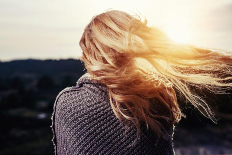 Femme de dos cheveux au vent
